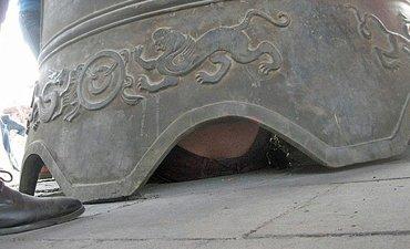В Китае в буддийской молельне на туриста упал двухтонный колокол