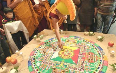 Буддисты пекутся о счастье петербуржцев, раздавая колдовской песок